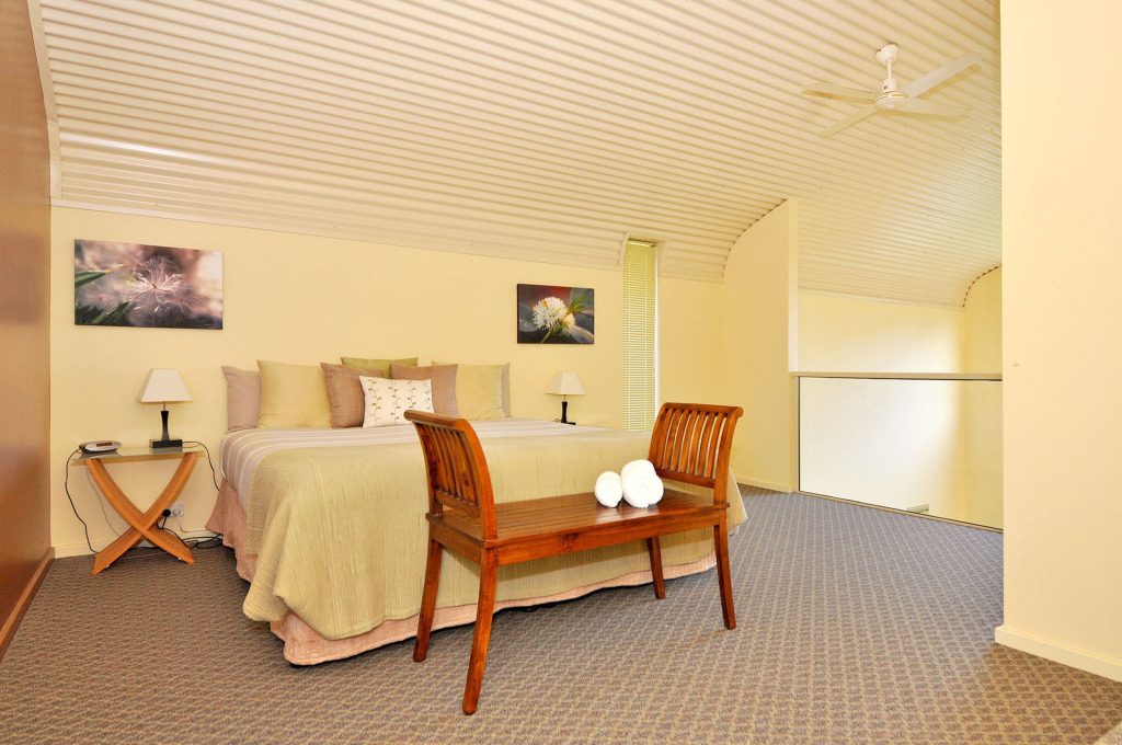 39_Lofthouse_upstairs_king_bedroom_800